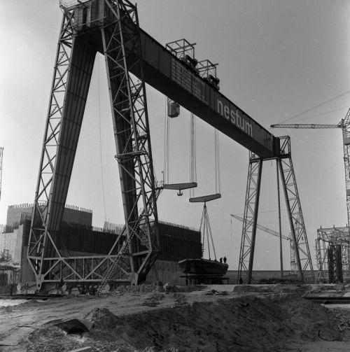 De grootste verrijdbare brugkraa van Europa was speciaal voor de bouw van de Haringvlietsluizen gemaakt. Kosten: 2 miljoen