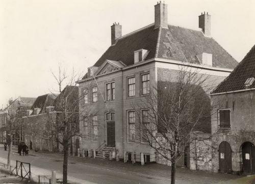 Het Landshuis voor de restauratie.